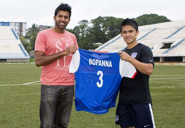 Rohan Bopanna poses with a Bengaluru FC jersey presented to him by Sunil Chhetri