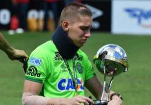 Chapecoense kembali beraksi di lapangan hijau untuk pertama kalinya sejak tragedi kecelakaan pesawat yang mengagetkan dunia, dan mereka bermain imbang 2-2 melawan Palmeiras dalam laga uji coba yang mengharukan.
