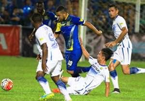 Kim Jeffrey Kurniawan berusaha merebut bola dari Vinicius Dos Santos Reis. Pada laga ini, Persib dan Persiba harus puas bermain imbang 1-1.