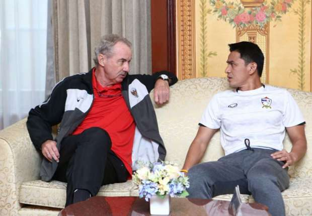 Riedl ketika berdiskusi dengan pelatih Thailand, Kiatisuk Senamuang