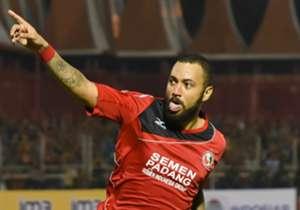 Penyerang Semen Padang Marcel Silva Sacramento merayakan golnya ke gawang Persib. Marcel tampil sebagai bintang di laga ini, lewat dua golnya yang ikut membawa Semen Padang menang 4-0 atas Persib.