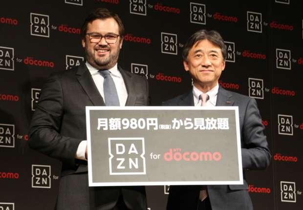 会見に出席したパフォームのジェームズ・ラシュトンCEO(左)とNTTドコモの吉澤和弘社長(右)
