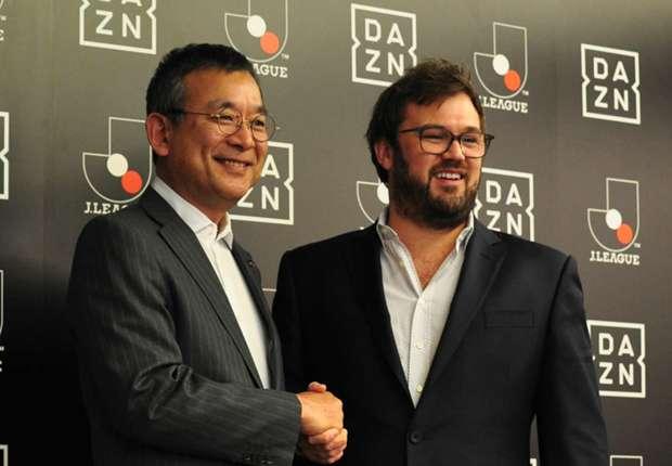 固く握手を交わす村井チェアマン(左)とラシュトンCEO(右)