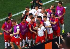 Polandia mungkin bukan tim unggulan di Euro 2016, tapi bukan berarti mereka tak bisa membuat kejutan di Prancis, berkaca pada Leicester City dan Yunani 2004. Bersedia mengalihkan dukungan ke Robert Lewandowski cs?