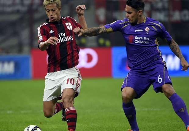 Milans Keisuke Honda (li.) behauptet im Spiel gegen Florenz den Ball