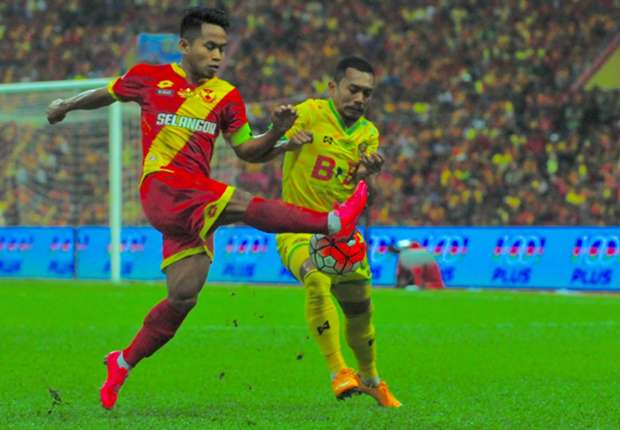 Selangor's Andik Vermansah (left) playing in the 2016 Malaysia Cup final against Kedah