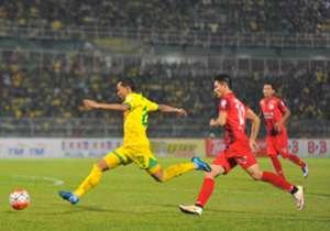 Kedah's Syazwan Zainon getting away from PDRM's Christopher Keli