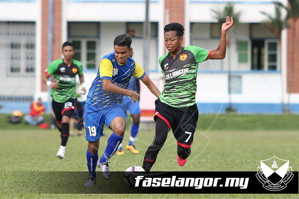 Selangor's Syahmi Safari (right) playing against PDRM 6/1/2017
