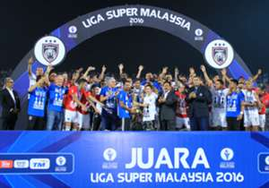 Johor Darul Ta'zim lifts the Super League trophy