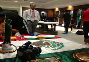 MÉXICO: Previo a la final frente a Nigeria, el combinado azteca puso un 'altar' con la bandera mexicana acompañada de la Virgen de Guadalupe.