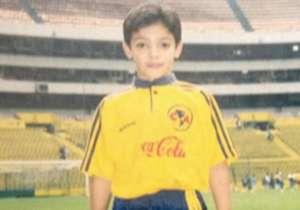 Americanista desde la cuna. un grupo de fans del seleccionado nacional publicó esta foto del atacante de las Águilas tomada a finales de los 90, donde el juagdor aparece en el Estadio Azteca con el uniforme del equipo, cuando aún pertenecía a la escuel...