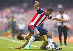 Jair Pereira, defensa del Guadalajara, en actividad contra Pumas durante la primera fecha del A2016.