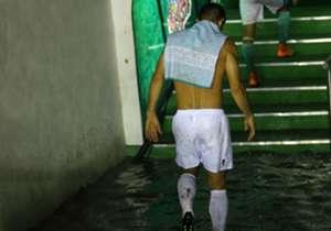 La lluvia se hizo presente en el Nou Camp, obligando la suspensión temporal del encuentro entre León y Necaxa. Luego de varios minutos de espera, el duelo se reanudó pero todo terminó como empezó: 0-0. En Goal te mostramos las postales del diluvio que ...