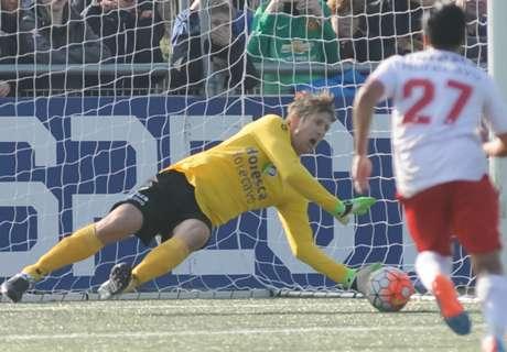 Comeback, Van Der Sar Selamatkan Penalti