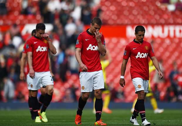 Dejected Manchester United players walk off after a disappointing home loss to Sunderland.