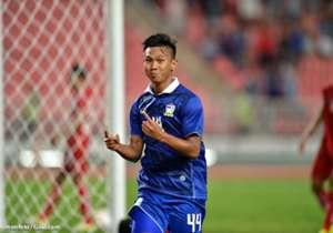 """ตัวทีเด็ดของไทย เจนรบ สำเภาดี ที่ในนัดแรกเปลี่ยนตัวลงมาในช่วงท้ายเกมก่อนจะเป็นผู้ซัดประตูชัยให้ไทยเอาชนะกัมพูชา 2-1 ในนัดที่สองของไทยพบกับฟิลิปปินส์ """"เจ้าเจน"""" ก็แจ้งเกิดให้ตัวเองอีกครั้ง หลังเปลี่ยนลงมาในครึ่งหลังและทำประตูให้ทีมได้จากสัมผัสบอลแรกของเจ..."""