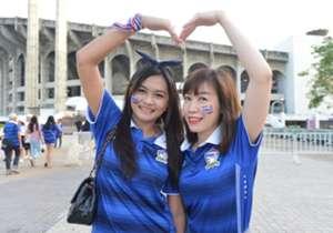 แม้จะเป็นเกมที่ไม่ได้มีผลอะไรมากมายนัก แต่แฟนบอลชาวไทยก็มาร่วมให้กำลังใจกันไม่น้อย โกล ประเทศไทย เก็บบรรยากาศเกมเฉือดฮ่องกงมาให้ชมกัน