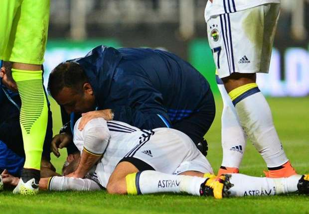Van Persie calms fears after horror eye injury