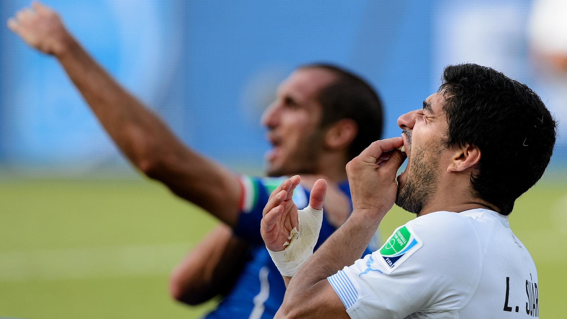 Giorgio Chiellini Luis Suarez Uruguay Italy
