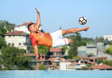 Podolski: Sprungeinlage am Pool