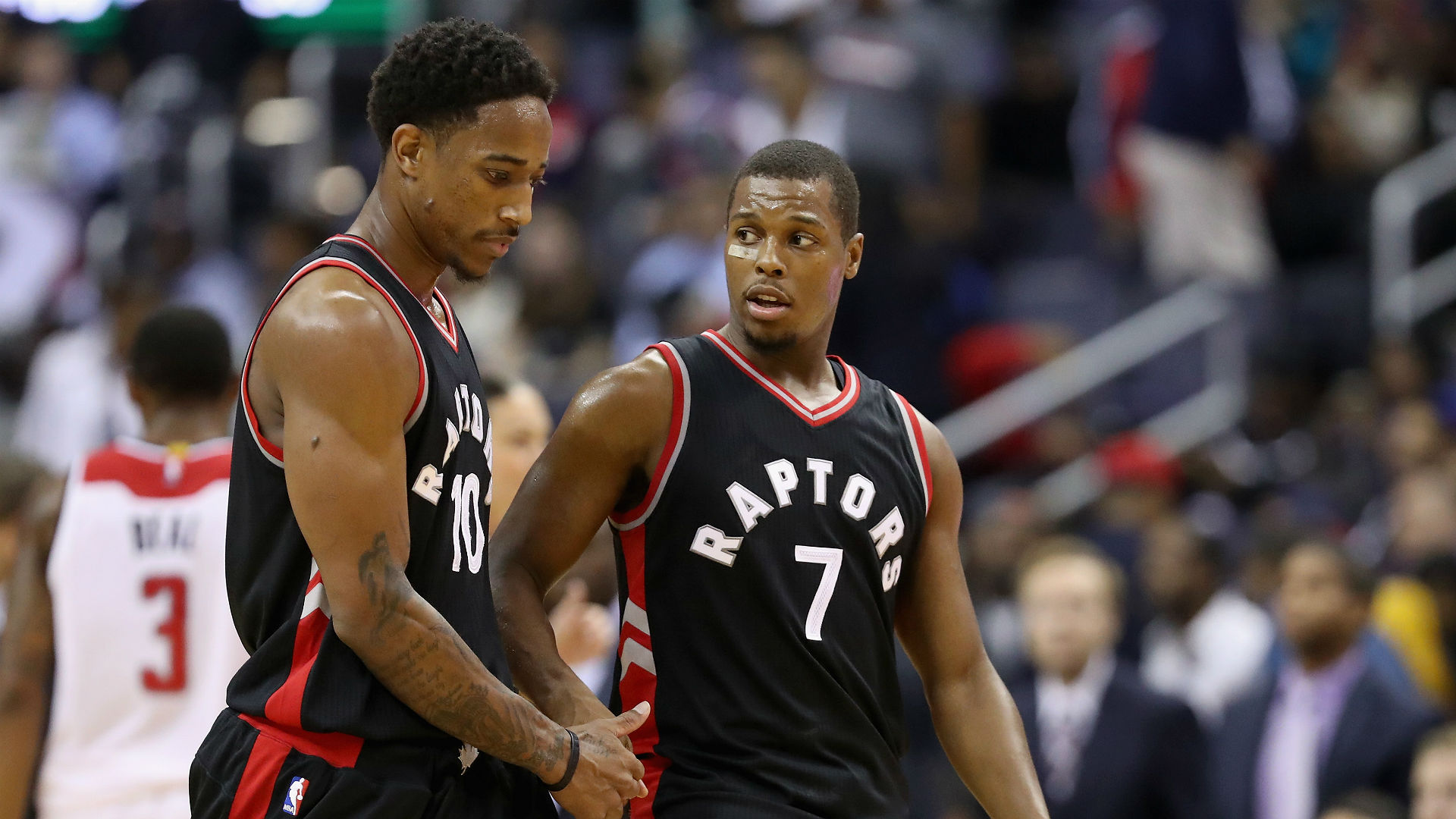 Raptors' Lowry lifted to locker-room by teammates after hard fall against Nets