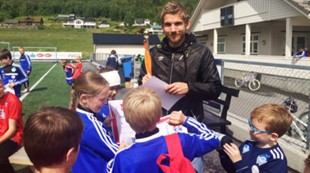 Andreas og Oddbjørn Lie på fotballskole Emblem