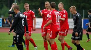 Sogn og Fjordane XI - Brann 0-8: Azar Karadas blir feiret etter scoring