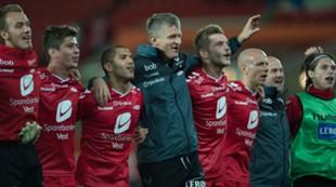 Brann - Tromsø 1-0: Lars Arne Nilsen jubler med spillerne etter kampen