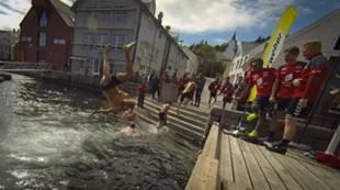 Treningsleir i Florø: Ruben Kristiansen hopper i havet