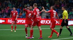 Sogndal - Brann 2-2: Steffen Lie Skålevik blir gratulert av Deyver Vega