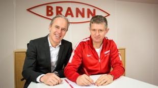 Lars Arne Nilsen signerer ny kontrakt sammen med sportssjef Rune Soltvedt