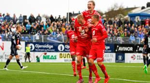 Kristiansund - Brann 0-1: Erik Huseklepp klatrer på målscorer Kristoffer Barmen