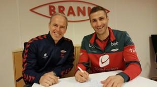 Azar Karadas og Rune Soltvedt signerer