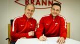 Piotr Leciejewski signerer ny kontrakt med Brann, her med sportssjef Rune Soltvedt