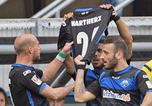 ... Mario Vrancic und Moritz Stoppelkamp sorgten nach einer knappen halben Stunde für eine 2:0-Führung, nach dem ersten Paderborner Treffer sendete das Team an Florian Hartherz, dessen Vater am Freitag verstarb und der deswegen nicht mitspielte.