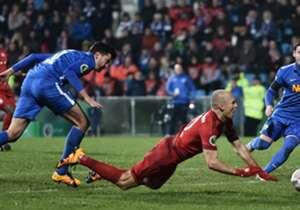 Bochums Jan Simunek (l.) kassierte für ein Foul an Arjen Robben vom FC Bayern die Rote Karte