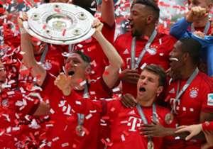 Später durfte Schweinsteiger als Belohnung dann die Salatschüssel stemmen. Thomas Müller (2.v.r.) geriet da unverhofft in den Hintergrund.