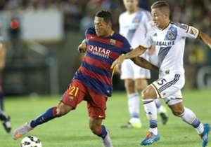 Adriano (l.) kam 2010 vom FC Sevilla nach Barcelona