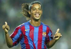 Ronaldinho volvió a ponerse la camiseta del Barcelona en el 'Clásico de las Leyendas' y brilló nuevamente: dos asistencias a Giuly, la primera sin mirar, hicieron deleitar a la parroquia azulgrana. Goal repasa sus 10 grandes momentos como culé.