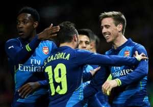 Santi Cazorla mit den beiden Arsenal-Torschützen Danny Welbeck (l.) und Nacho Monreal (r.)