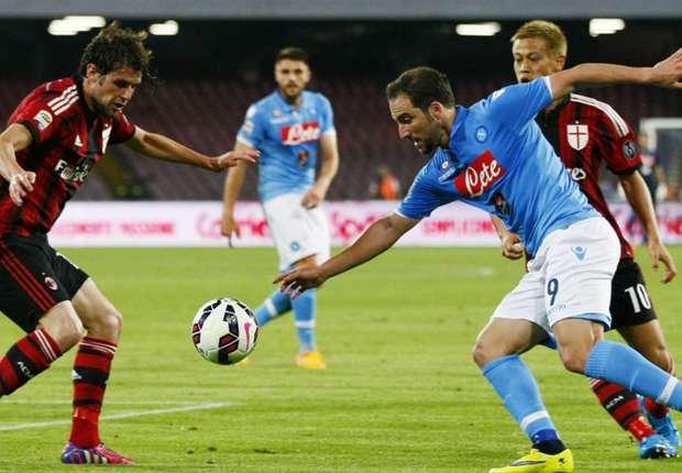 Mit seinem 16. Liga-Tor in der laufenden Spielzeit erhöhrte Higuain (M.) für Napoli