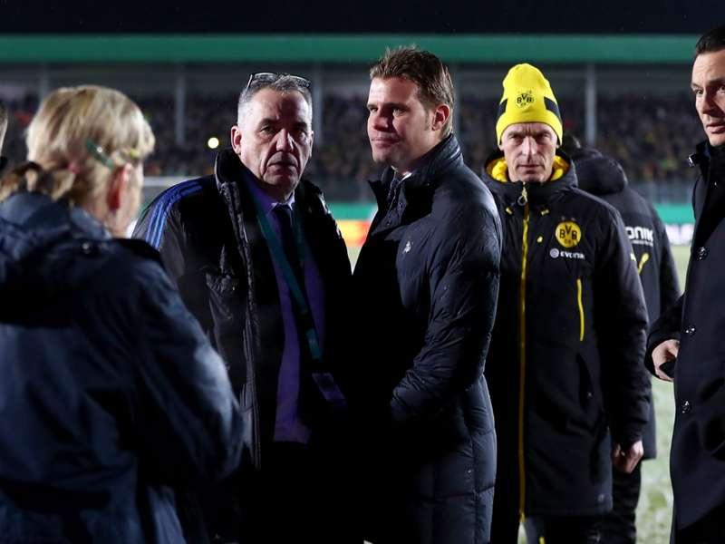 Em dia de jogo cancelado, ônibus do Dortmund fica atolado