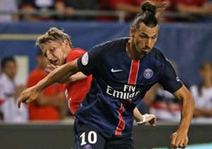 Bastian Schweinsteiger (hinten) hat das Nachsehen im Zweikampf mit Torschütze Zlatan Ibrahimovic