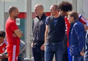 Während Dante (2.v.r) weiter Erinnerungsfotos schießen lässt, halten Guardiola (l.) und Zidane Smalltalk.