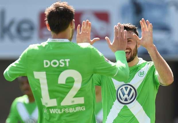 Dost bejubelt mit Caligiuri das Tor zum 2:0 für Wolfsburg
