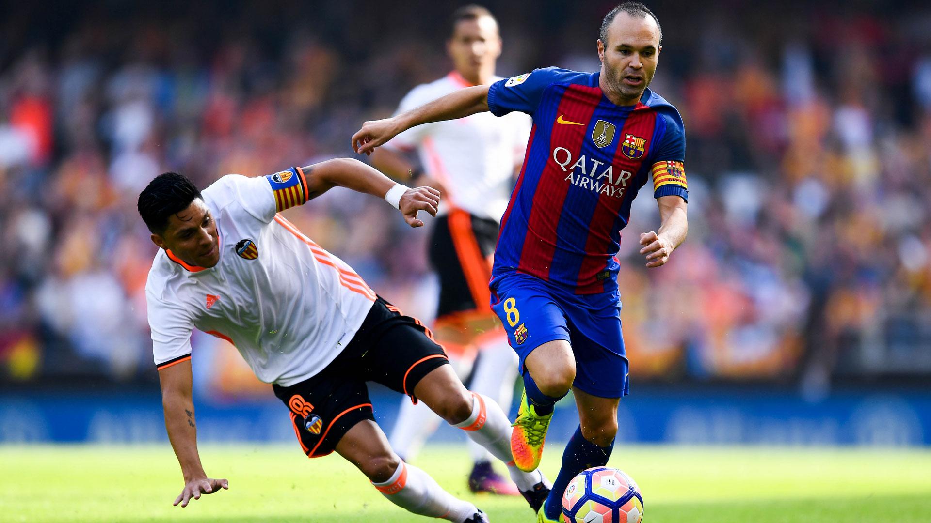 Barcelona divulga que Iniesta será desfalque por até oito semanas
