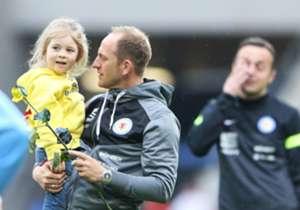 Im letzten Jahr stieg die Braunschweiger Eintracht nach einem Jahr Erstligazugehörigkeit direkt wieder in die 2. Liga ab. In dieser Saison entwickelte sich erneut ein Kopf-an-Kopf-Rennen - Dramatik pur! Wir präsentieren Euch die engsten Duelle um den V...