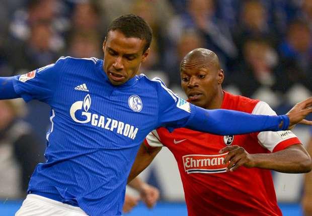 Joel Matip (l.) und die Schalker hatte mit Freiburg alle Hände voll zu tun