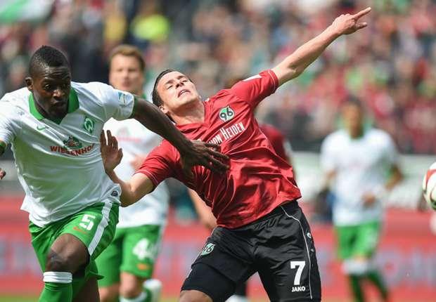 Bremens Assani Lukimya und Hannovers Edgar Prib im Zweikampf
