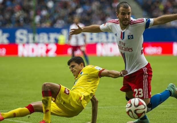 Es war eine umkämpfte Partie: Tarik Elyounoussi (li.) gegen Rafael van der Vaart